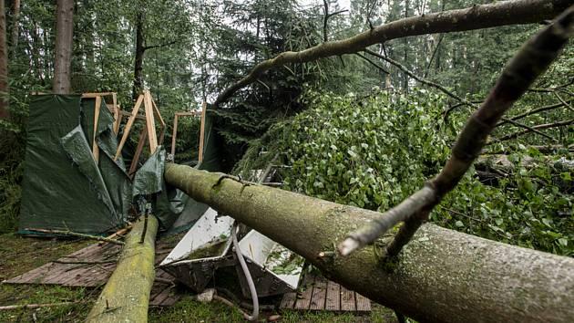 Silná bouře v noci na 15. července 2021 poničila stanový dětský tábor u u Nemojova na Trutnovsku