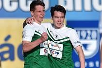 Fotbalisté Jablonce Lukáš Masopust (vlevo) a Vjačeslav Karavajev se radují z gólu proti Zlínu.
