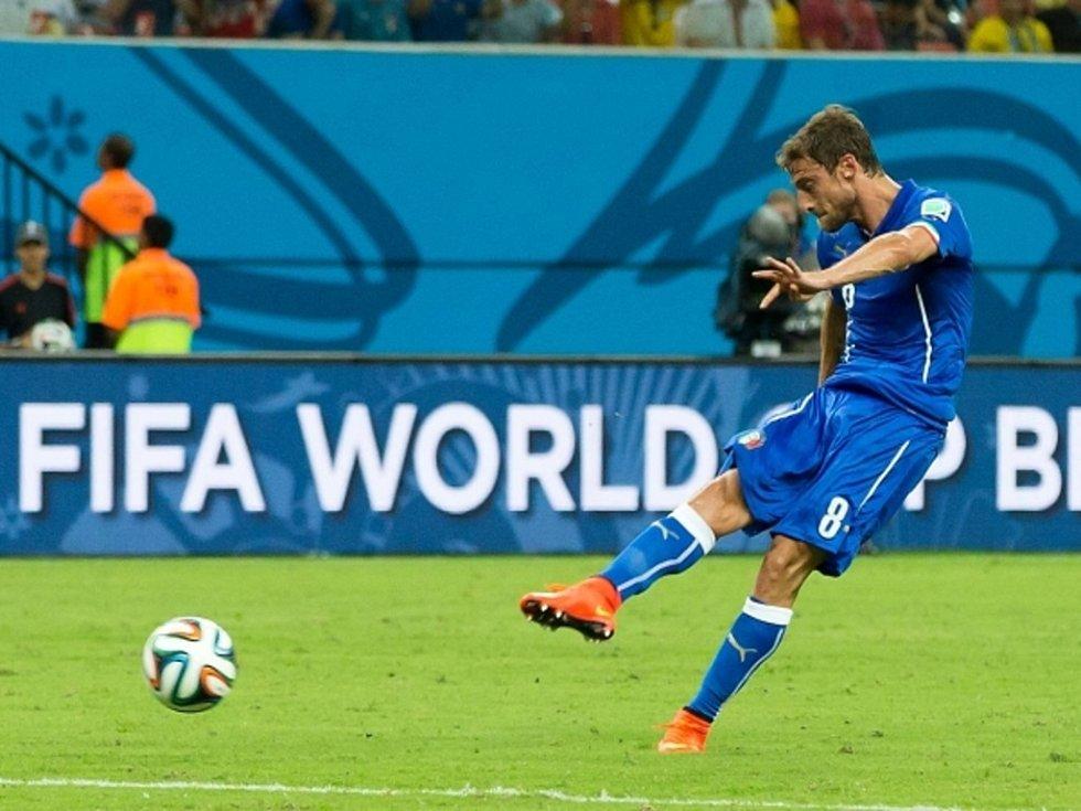 Claudio Marchisio z Itálie střílí gól proti Anglii.