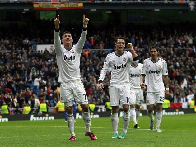 Hvězdný střelec Realu Madrid Cristiano Ronaldo (vlevo) slaví hattrick proti Getafe.