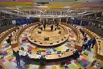 Pohled do jednacího sálu během druhého dne bruselského summitu k záchrannému fondu EU, 18. července 2020