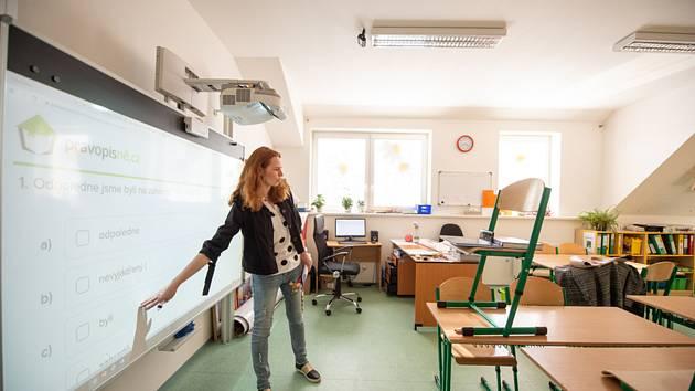 Učitelka Gabriela Tůmová 7. dubna 2020 ve škole v Nezašově na Českobudějovicku učí své žáky přes aplikaci Skype. Kantoři na školách v Jihočeském kraji v těchto dnech musí používat více komunikačních technologií. Kvůli koronaviru už měsíc vedou distanční v