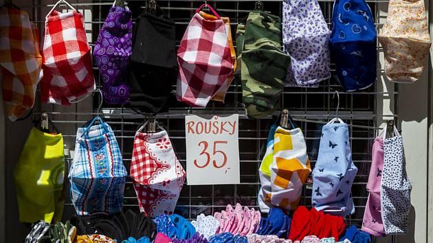 Látkové roušky na ochranu proti koronaviru byly 18. května 2020 na prodej u obchodníka v centru Ústí nad Labem