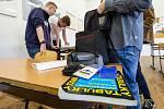 Studenti Střední průmyslové školy v Ústí nad Labem se chystají 1. června 2020 na didaktický test státní maturity z matematiky. Jarní termín se kvůli pandemii koronaviru letos posunul. Původně se testy měly konat na začátku května.