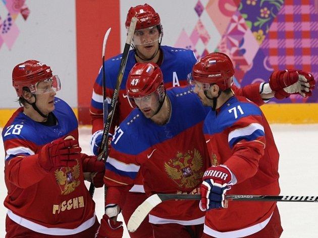 Hvězdná čtyřka. Hokejisté Ruska (zleva) Alexander Sjomin, Alexander Radulov, Ilja Kovalčuk a Alexander Ovečkin se radují z gólu.