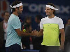 Roger Federer (vlevo) a Rafael nadal.