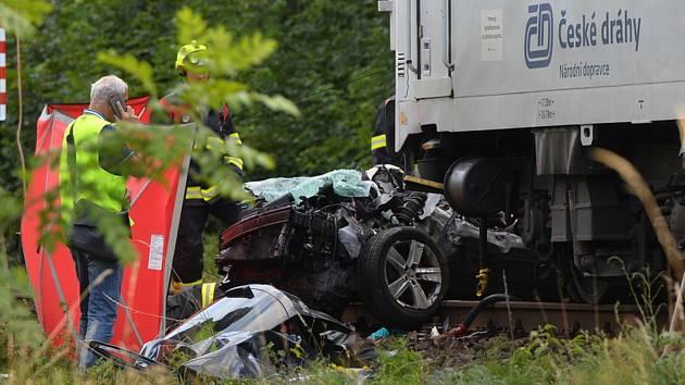 Při srážce osobního vozu s vlakem na železničním přejezdu v Černožicích na Královéhradecku zemřeli 14. července 2019 čtyři lidé