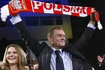 Donald Tusk, lídr Občanské platformy se raduje z vítězství v polských předčasných volbách.