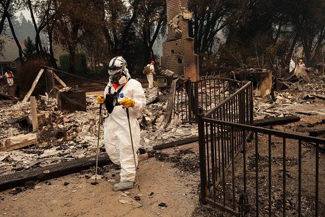Záchranáři pátrají ve v troskách měst po obětech požáru.