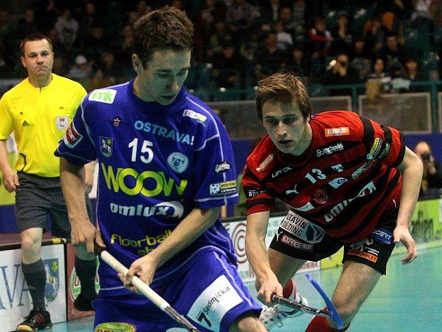 Florbalista Vítkovic Vít Hrubý (vlevo) v zápase s Tatranem Střešovice - ilustrační foto.