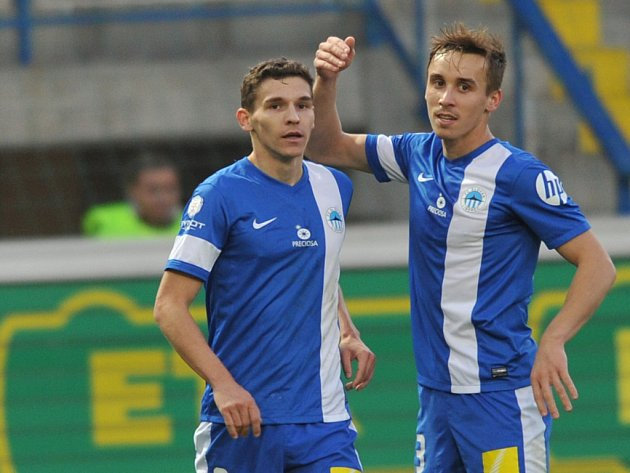 Fotbalisté Liberce David Pavelka (vlevo) a Josef Šural se radují z gólu.