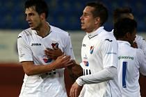 Jaroslav Machovec z Baníku (vlevo) se raduje s Markem Červenkou ze svého gólu proti Olomouci.