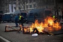 Hořící stánek na Champs-Elysées