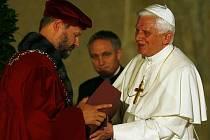Papež Benedikt XVI. se setkal ve Vladislavském sále Pražského hradu se zástupci vysokých škol. Papež si tento bod programu jako bývalý profesor sám vymínil. Sešlo se zde asi 800 profesorů a studentů.
