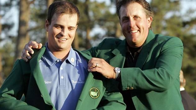 Zach Johnson (vlevo) oblékaný do zeleného saka vítěze letošního ročníku Masters. Role pomocníka se ujal loňský vítěz Phil Mickelson.