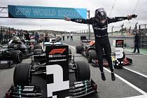 Lewis Hamilton z Mercedesu se raduje z vítězství v cíli Velké ceny Portugalska