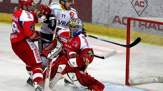 Budějovický Václav Pletka (vlevo) se snaží zastavit akci Viktora Ujčíka z Vítkovic před gólmanem Jakubem Kovářem.