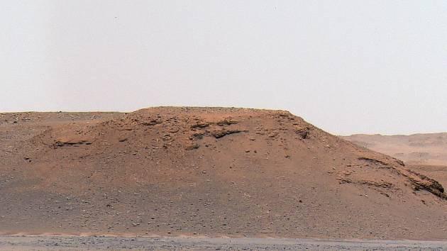 Scarp A: Jeden ze čtyř kamenných výčnělků, které jsou součástí říční delty a na jejichž základě odborníci určili, že v kráteru bylo jezero.