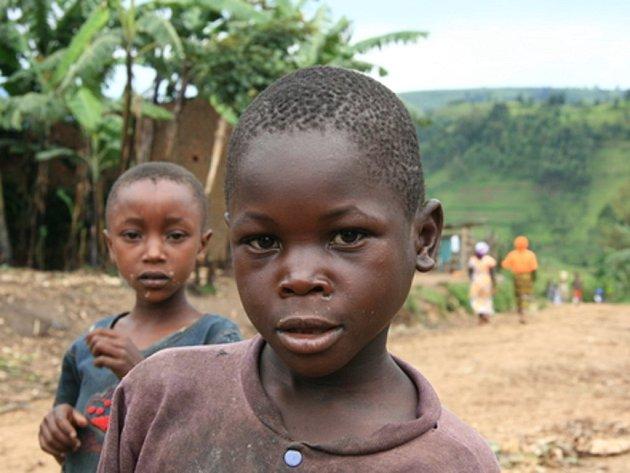 V Kongu děti šňupají práškový tabák jako lék proti rýmě.