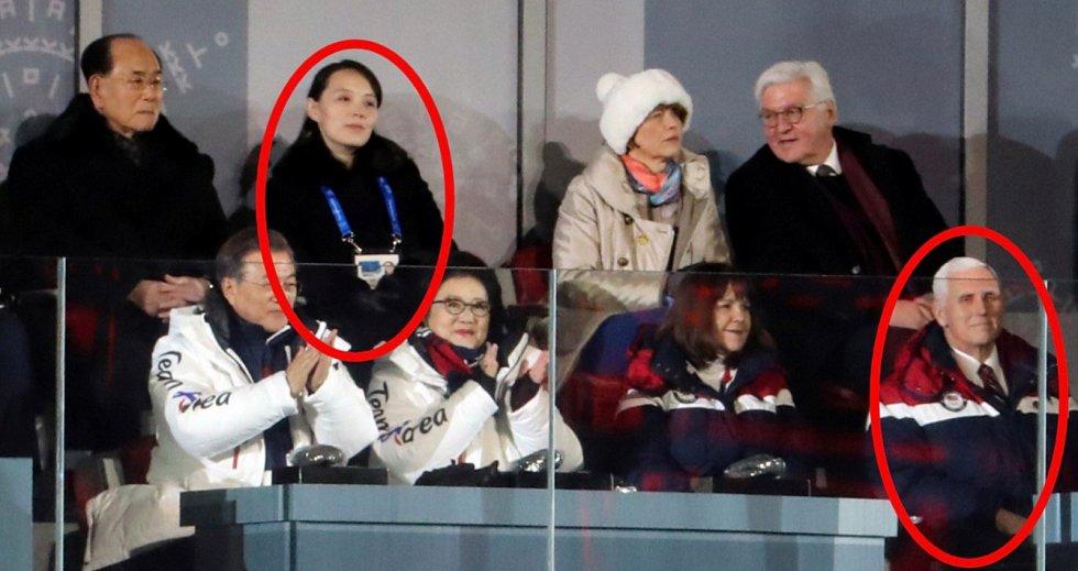 Americký viceprezident Mike Pence se k Kim Jo-čong, sestře  Kim Čong-una přiblížil na zahajovacím ceremoniálu.