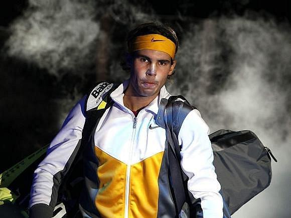 Rafael Nadal nastupuje na dvorec,