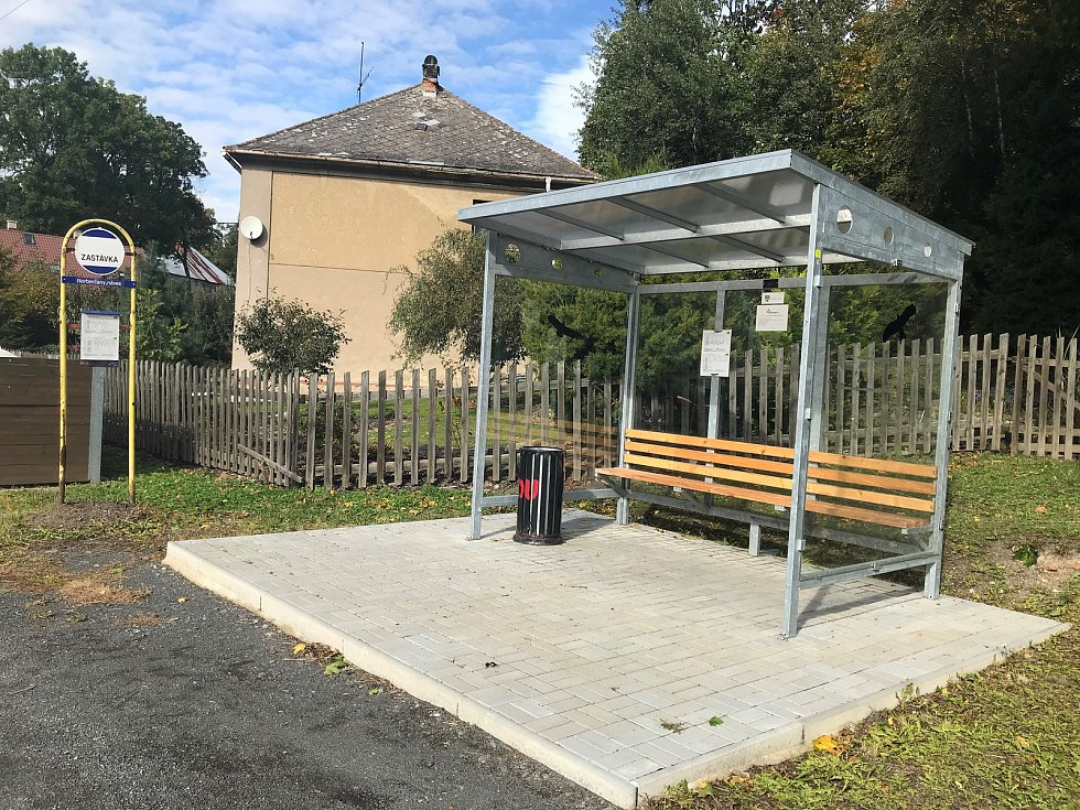 Obec vybudovala nové autobusové zastávky. Silnici opravil kraj před dvěma roky.