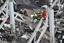 Záchanáři ze sutin dosud vyprostili 52 mrtvých těl, 35 lidí bylo při neštěstí zraněno.