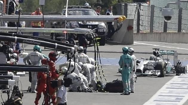 Velká cena Belgie: Lewis Hamilton s poškozenou pneumatikou