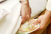 Neschovávejte si peníze do matrace, ani pod polštář, může radit moskevská penzistka. Z bankovek, které schovávala pod poduškou, dostala dávku radioaktivity mnohanásobně překračující normu.