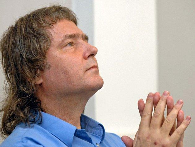 Bývalý disident Petr Cibulka stáhl žalobu, ve které požadoval po státu, zastupovaném ministerstvem financí, Radě České televize a Radě pro rozhlasové a televizní vysílání celkem sto milionů korun.