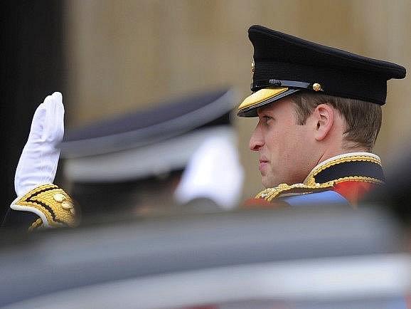 Princ William vystupuje z vozu u Westminsterského opatství.
