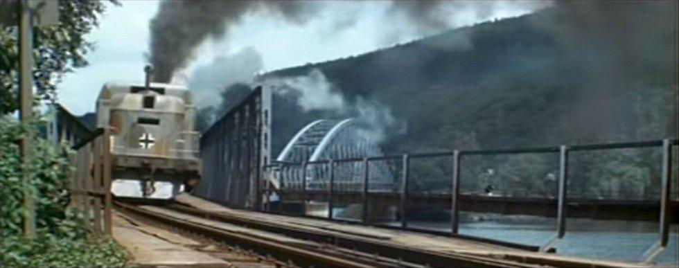 """Měchenický most si v roce 1975 """"zahrál"""" ještě ve filmu Zbraně pro Prahu, jehož úvodní scéna nápadně připomínala snímek Most u Remagenu"""