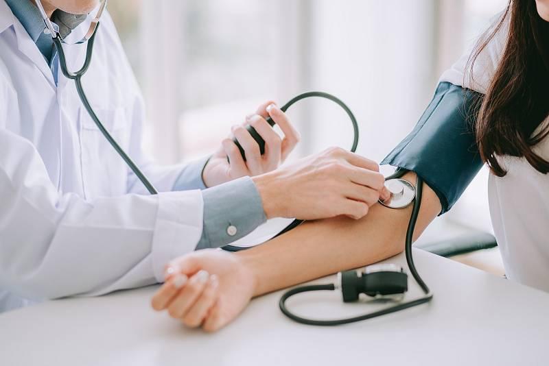 Krevní tlak je určován dvěma hodnotami – systolickou (tlak krve vstupující ze srdce do aorty) a diastolickou (tlak krve při uvolnění komor mezi dvěma srdečními stahy)