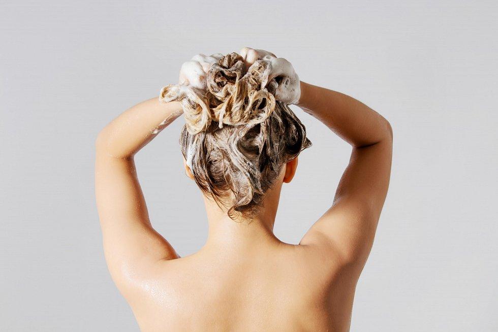 Vlasům by mělo stačit mytí dvakrát týdně.