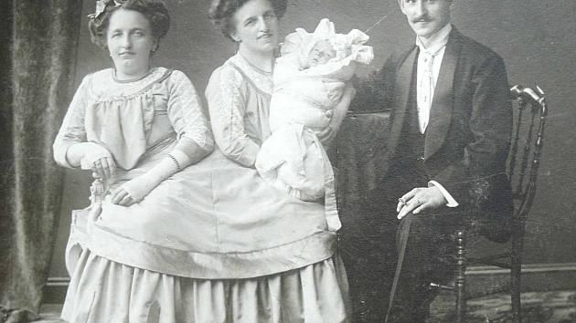 Rosálie a Josefa Blažkovy v roce 1910 porodily syna Františka. Matkou byla Rosálie.  S tím, kdo byl jejich otcem, se nikdy nesvěřily. Spekuluje se, že jím byl jejich impresário  (na snímku).