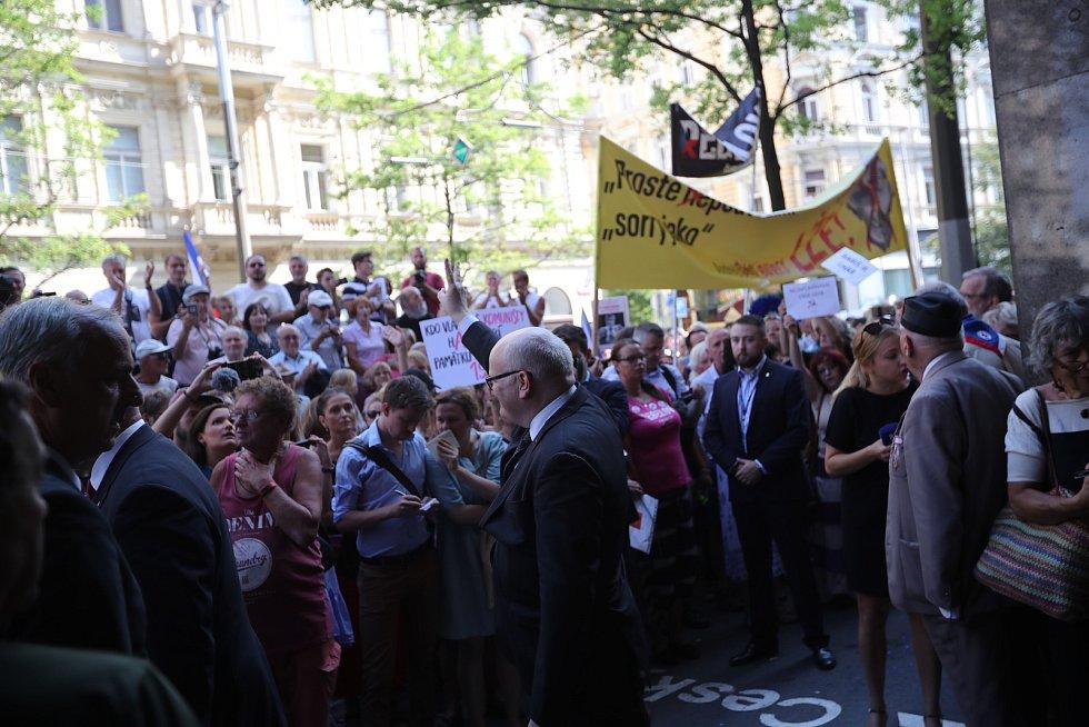 Protesty proti Andreji Babišovi během uctění památku padlých v srpnu 1968 před Českým rozhlasem.