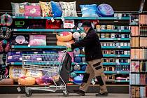 Ekonomická situace řady domácností se během pandemie horší. Lidé proto už tolik neutrácí.