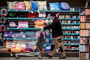 Lidé se kvůli strachu z nákazy vydávali během pandemie do obchodů méně často než dříve, naopak z odcházeli s větším nákupem.