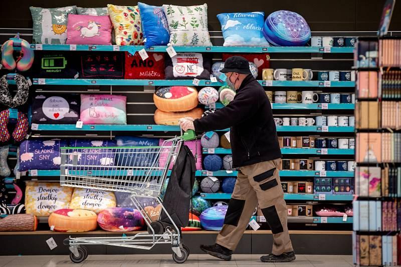 Zákazníci, pokud ovšem nejde o členy jedné domácnosti, mezi sebou musí udržovat minimálně dvoumetrové rozestupy. Kupující musí mít k dispozici dezinfekci