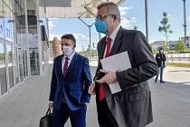 Předseda představenstva fotbalové Slavie Praha Jaroslav Tvrdík (vpravo) přichází na jednání ligového grémia Ligové fotbalové asociace 12. května 2020 v Praze.