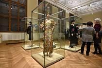 Novináři si prohlížejí výstavu Director?s Choice, která pro ně byla zpřístupněna 14. listopadu v budově zrekonstruovaného Uměleckoprůmyslového muzea v Praze. Výstava představuje největší poklady muzea. Její osu tvoří výběr ředitelky muzea.