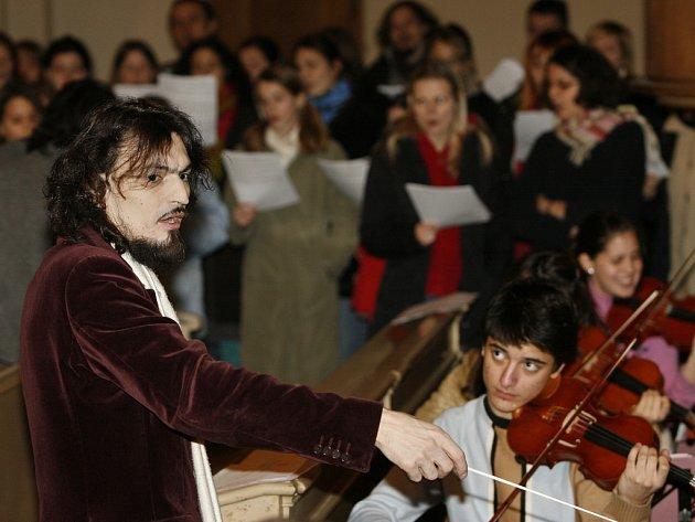 DIRIGENT A SKLADATEL. Varhan Orchestrovič Bauer na zkoušce se svým orchestrem v pražském kostele Sv. Salvátora.