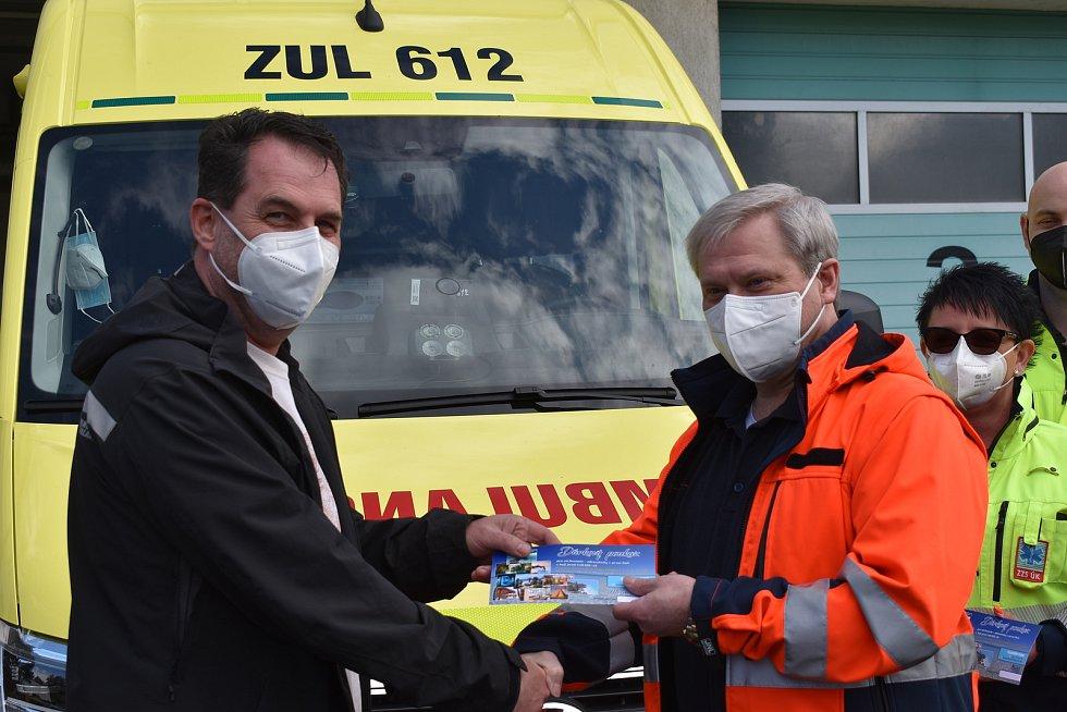 Vladimír a Vlastimil Plívovi z Ústí s obdarovanými litoměřickými záchranáři