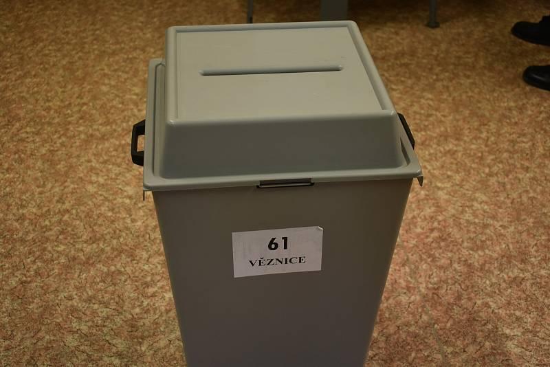 Volby ve věznici v Plzni na Borech.