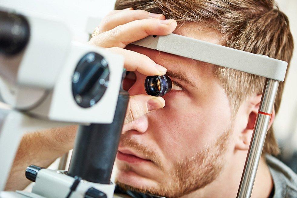Jedním z nejčastějších problémů následkem přílišného dívání se zblízka na obrazovku je syndrom suchého oka, který dnes trápí čím dál více lidí.