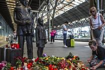 Lidé na pražském Hlavním nádraží uctívali 2. července památku Sira Nicolase Wintona, který zemřel včera ve věku 106 let.