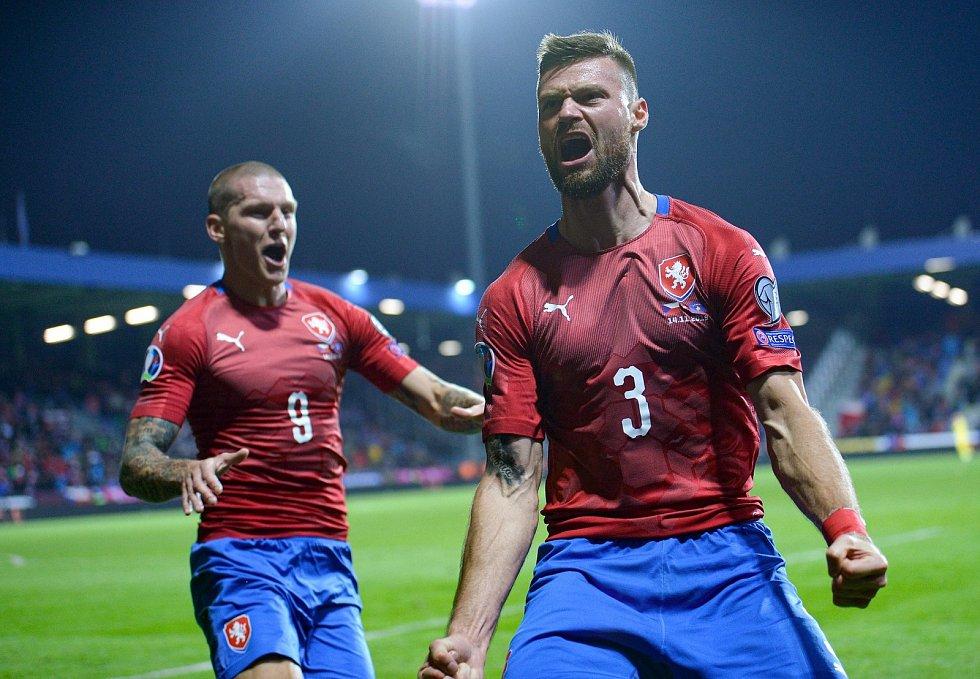 Odchovanec Zlína Ondřej Čelůstka pomohl českému národnímu týmu k postupu na EURO. Vlevo je Zdeněk Ondrášek
