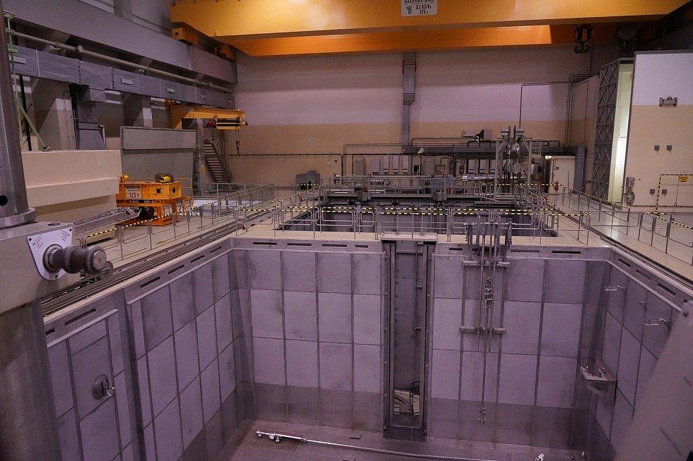 Jaderný reaktor s bazénem pro chlazení vyhořelého paliva. Rakouská jaderná elektrárna Zwentendorf.