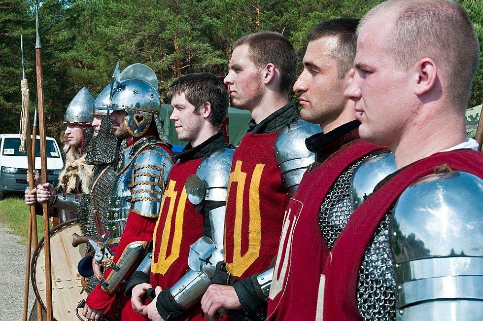 """Oddíl """"litevských středověkých vojáků"""" při historických slavnostech z roku 2013"""
