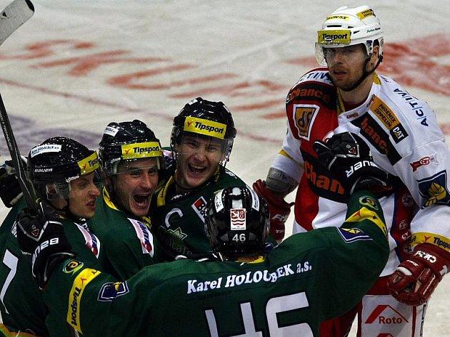 Hokejisté Karlových Varů si z Prahy odváží tři body.